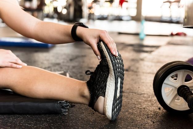 Ragazza fitness stretching