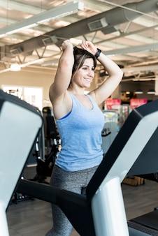 Ragazza fitness su treadmil