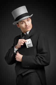 Ragazza gangster con dollari in tasca
