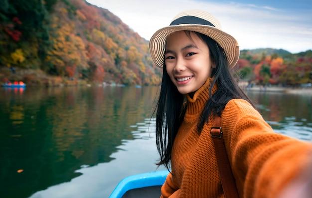 Ragazza giapponese sulla barca in arashiyam