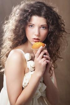 Ragazza giovane bellezza con torta