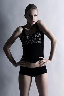 Ragazza giovane e sexy con corpo in forma
