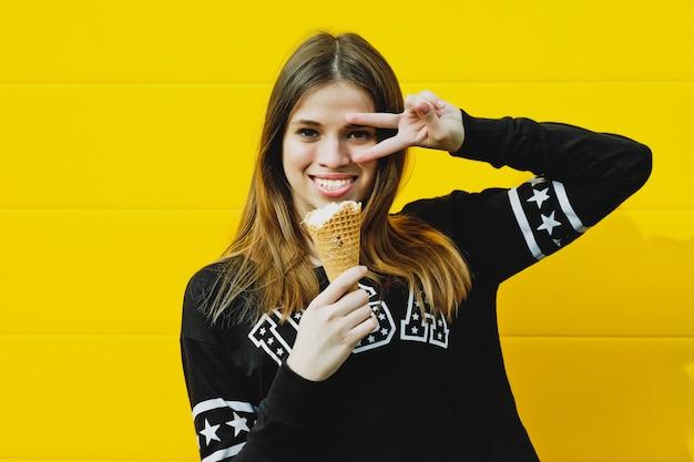 Ragazza giovane hipster con gelato
