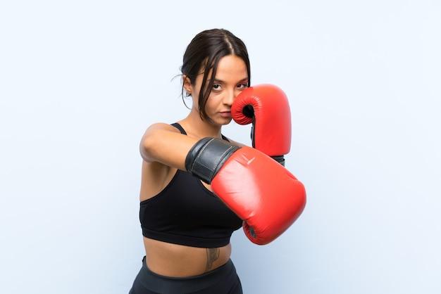 Ragazza giovane sportivo con guantoni da boxe