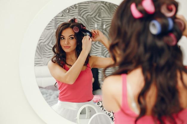 Ragazza glamour vicino allo specchio
