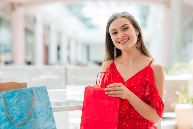 Ragazza graziosa che posa al centro commerciale