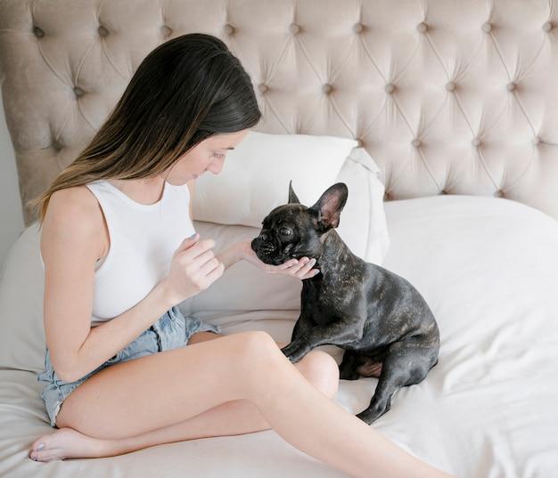 Ragazza graziosa con il suo piccolo cucciolo