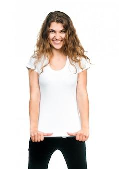 Ragazza graziosa con la maglietta in bianco
