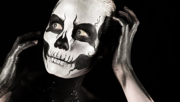 Ragazza graziosa con la pittura di scheletro del corpo