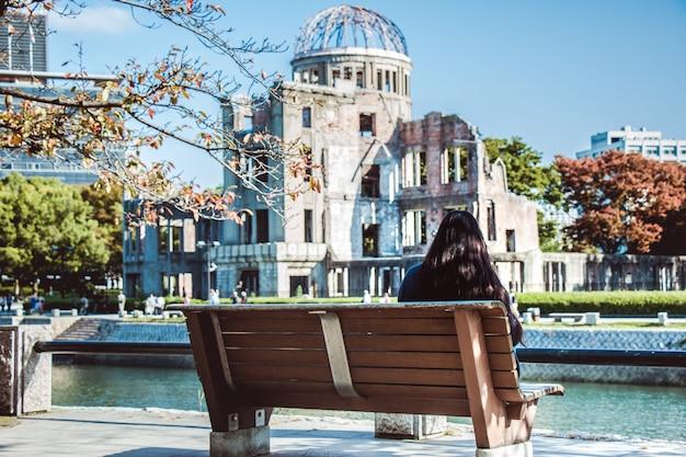 Ragazza guarda atomic dome, hiroshima peace memorial