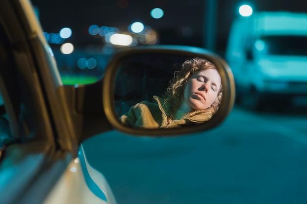 Ragazza in auto di notte