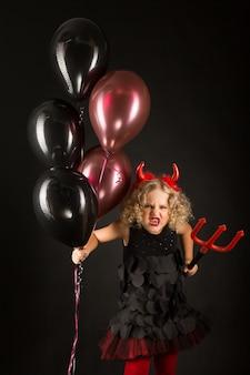 Ragazza in costume da diavoli di halloween