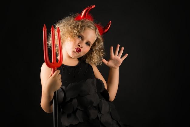 Ragazza in costume da diavoli