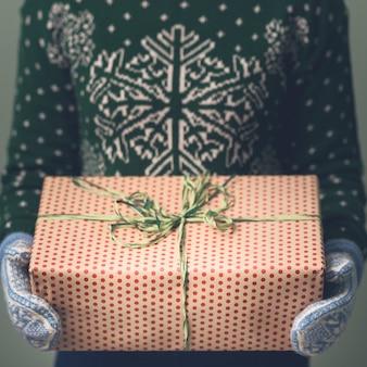 Ragazza in maglione di capodanno