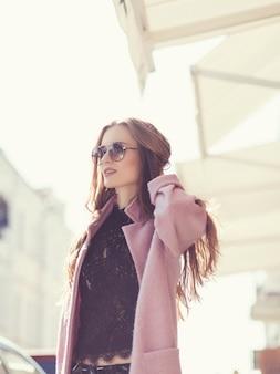 Ragazza in occhiali da sole alla moda