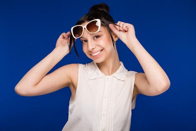 Ragazza in occhiali da sole