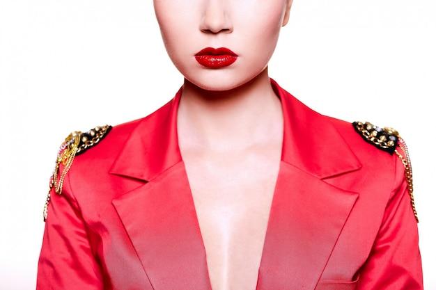 Ragazza in posa con giacca rossa e labbra