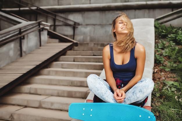 Ragazza in posa con skate board