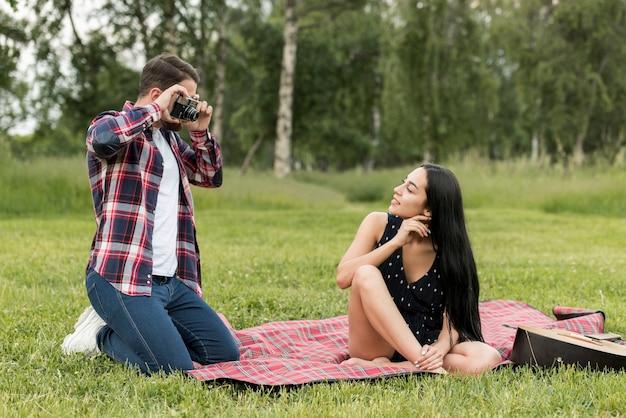 Ragazza in posa su una coperta da picnic