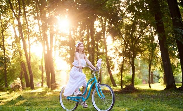 Ragazza in sella a bici