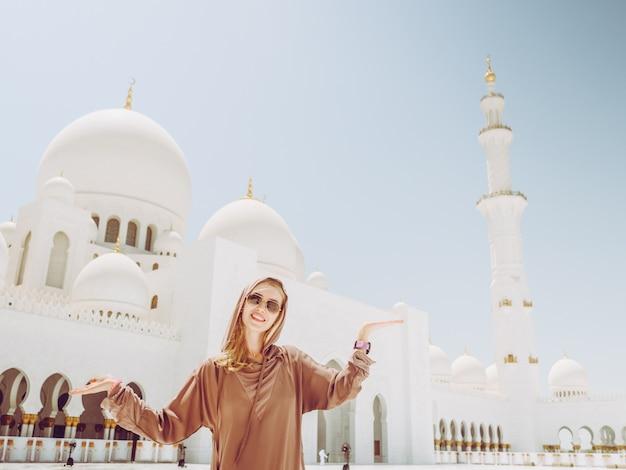 Ragazza in sheikh zayed mosque ad abu dhabi