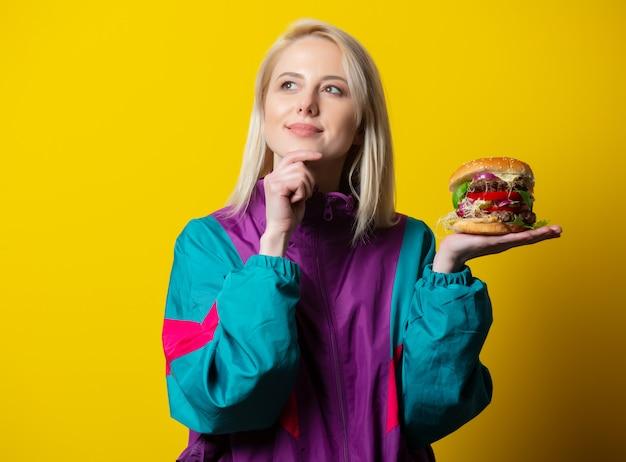 Ragazza in stile anni '80 vestiti con hamburger