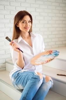 Ragazza in studio di pittura