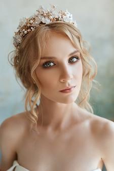 Ragazza in un elegante abito da sposa bianco lungo