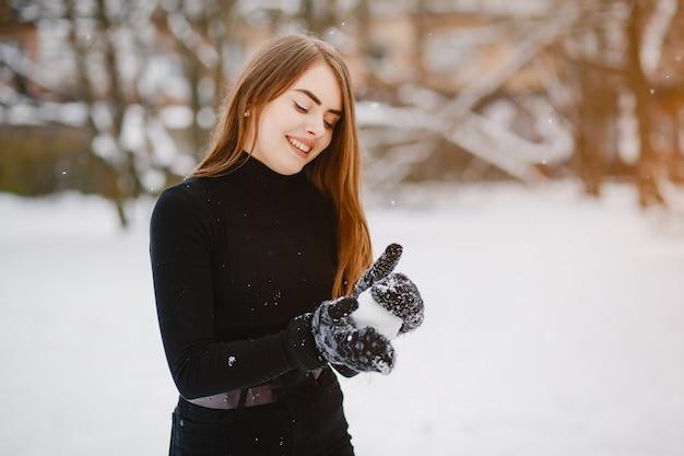 Ragazza in un parco d'inverno