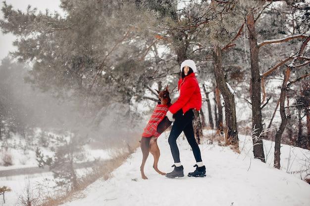 Ragazza in un parco di inverno