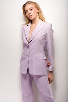 Ragazza in un vestito lilla
