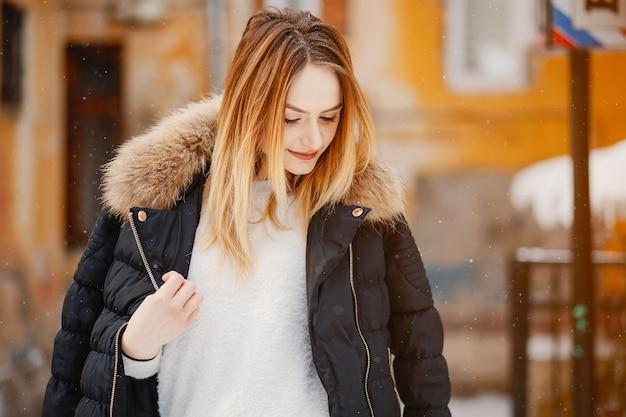 Ragazza in una città d'inverno