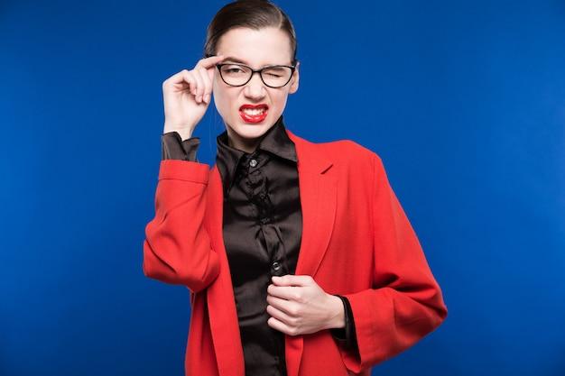 Ragazza in una giacca rossa con labbra rosse