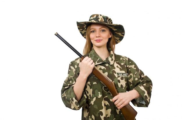 Ragazza in uniforme militare che giudica la pistola isolata su bianco