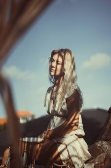 Ragazza indiana sul tetto cattura sogni. bella ragazza bionda con acchiappasogni.