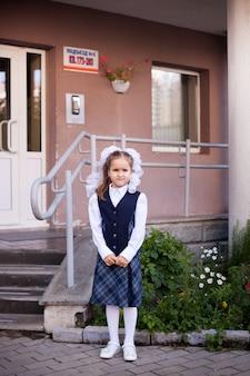 Ragazza indossa una divisa scolastica a scuola