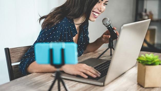 Ragazza influencer che prepara set di video durante la creazione di contenuti di social media