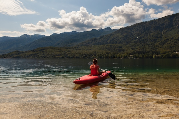 Ragazza kayak nel lago bohinj