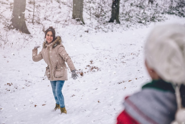 Ragazza lanciando palle di neve