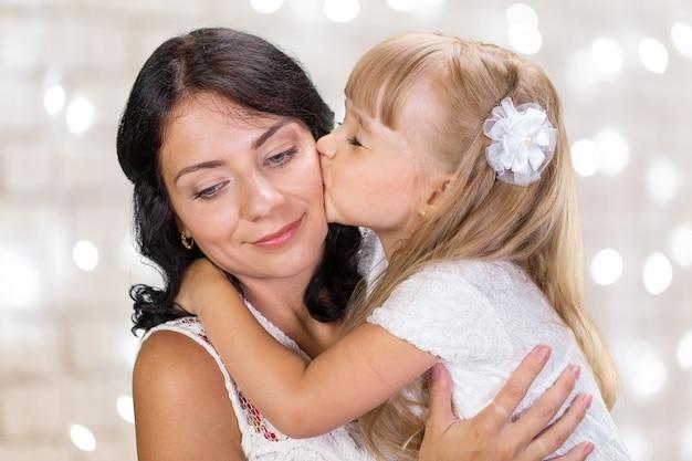 Ragazza madre e bambino felice