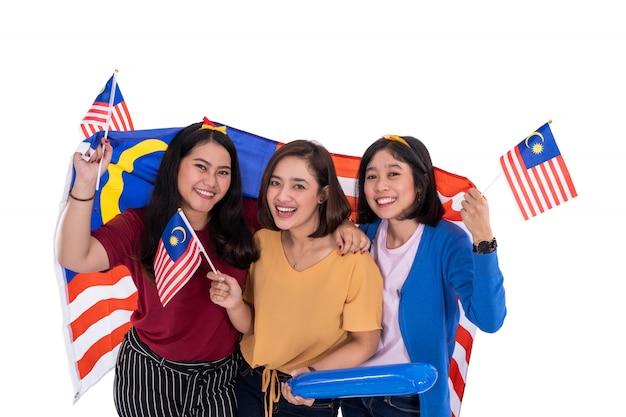 Ragazza malese che tiene la bandiera nazionale della malesia