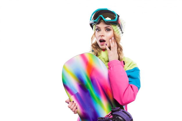 Ragazza meravigliata con snowboard