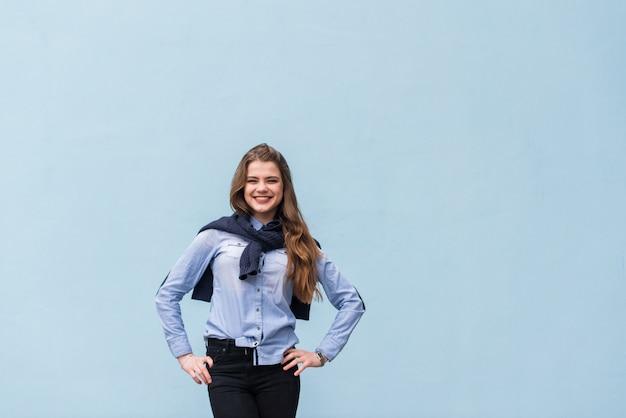 Ragazza molto bella su uno sfondo di parete blu