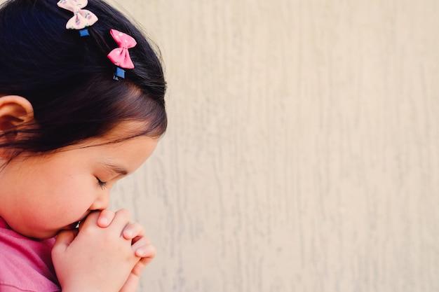 Ragazza multietnica pregando, bambino, bambino pregare concetto