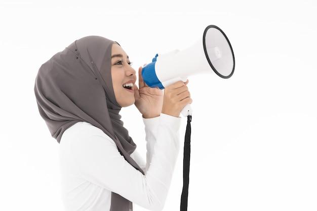 Ragazza musulmana con megafono