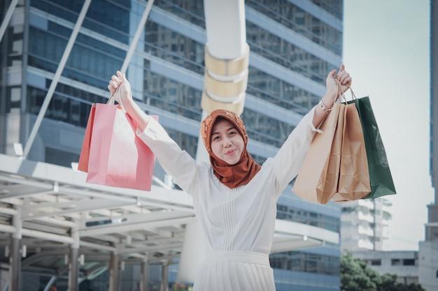 Ragazza musulmana con shopping bag