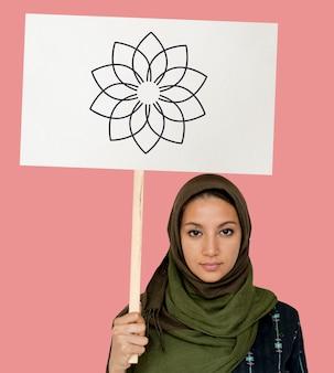 Ragazza musulmana con un cartello