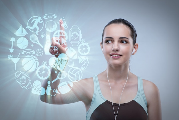 Ragazza nel concetto di sport che preme i bottoni virtuali