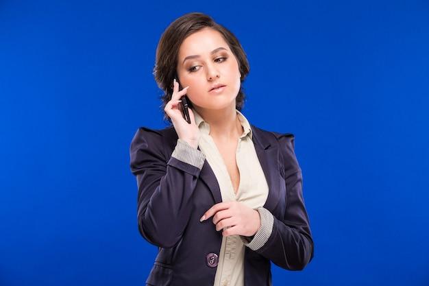 Ragazza parla al telefono