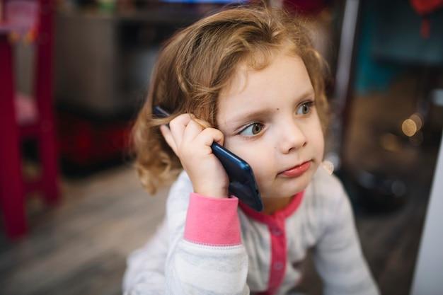 Ragazza parlando su smartphone